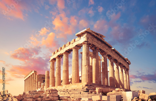 Photo Stands Athens Parthenon on the Acropolis in Athens, Greece, on a sunset