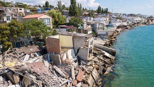 Obraz na płótnie Zniszczony dom po trzęsieniu ziemi na wybrzeżu