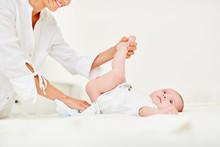 Fürsorgliche Mutter Wechselt Baby Windeln