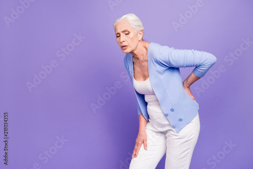Fotografía  Gray haired old beautiful  woman wearing casual suffering from b
