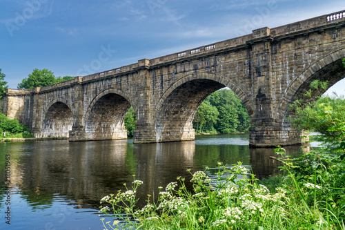 Foto The Lune valley aqueduct, which carries the Lancaster canal over
