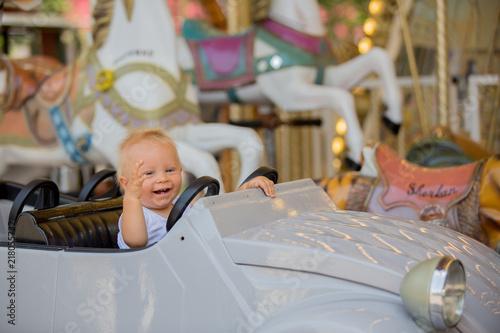 Zdjęcie XXL Dzieci idą na Merry Go Round, dzieci bawią się na karuzeli