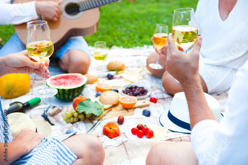 Staande foto Picknick Summer Picnic Basket on the Green Grass. Food and drink concept. Friends Party time