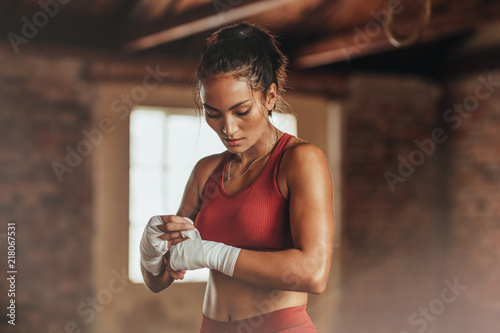 Photo Female boxer wearing strap on wrist