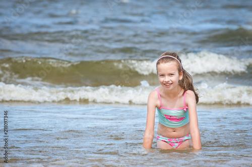 Dziewczynka i zabawa w morzu