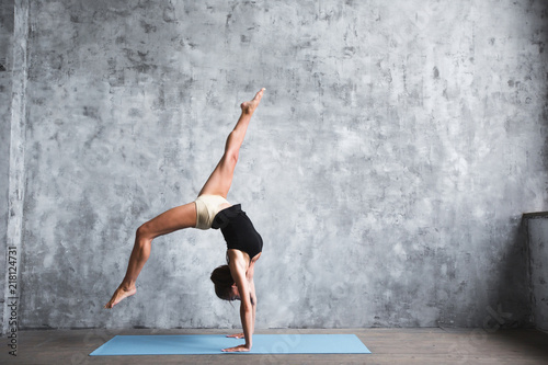 Photo Dark-haired woman doing handstands