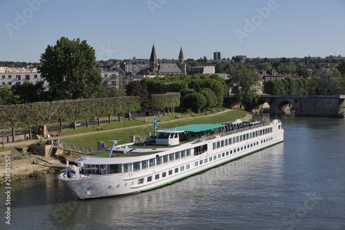 Foto Cruise harbor on river Seine in Poissy, near Paris, surrounded by collegiate and