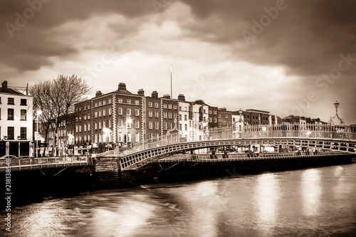 Photo  Ha'Penny Bridge over the River Liffey in Dublin Ireland seen a dusk