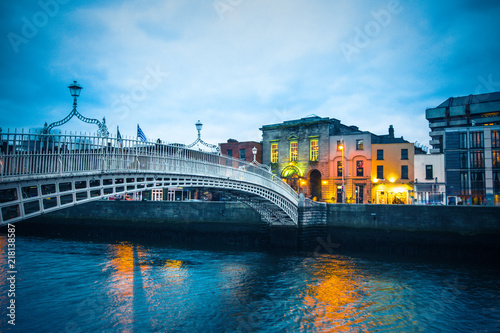 Fotobehang Centraal Europa Ha'Penny Bridge over the River Liffey in Dublin Ireland seen a dusk
