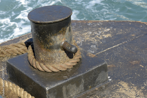 Fotografía  Closeup of mooring bollard of ferry