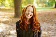Lachende Frau Steht Im Park Und Zwinkert Mit Einem Auge