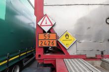 Gefahrgutschilder An Einem Container Auf Einem LKW - Trailer