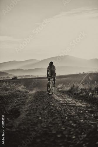 Fototapety do przedpokoju  mlody-mezczyzna-z-retro-rowerem-o-zachodzie-slonca-na-drodze-fotografia-mody-w-stylu-retro-z