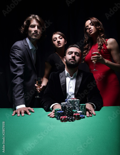 Foto  Attractive young caucasian man make bet in the casino