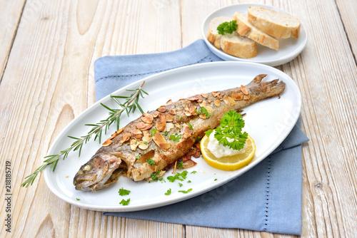 Gebratene Forelle Müllerin Art mit Butter-Mandeln, serviert mit Meerrettich, Zitrone und Baguette  – Fried trout with almonds, butter and creamed horseradish