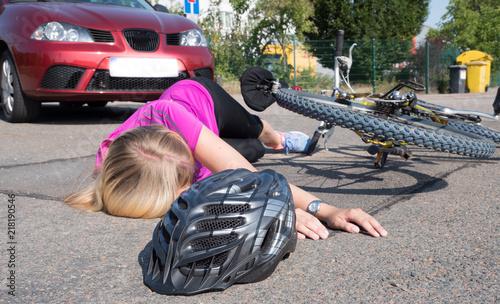 Radfahrerin liegt bewusstlos am Boden