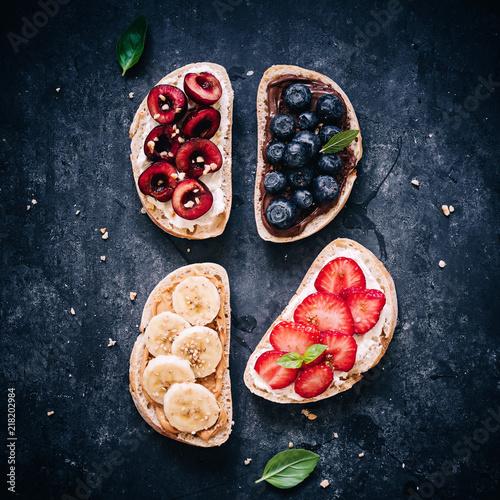Foto Frisches Brot belegt mit verschiedenen Früchten