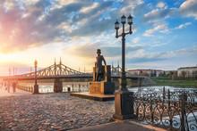 Памятник поэту П...