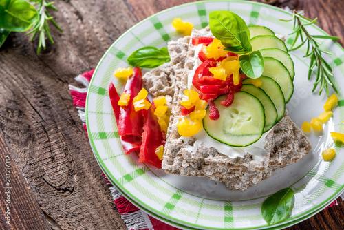 Staande foto Buffet, Bar Diät - Frühstück - Gemüse - Brot - Brötchen - Knäckebrot