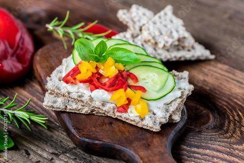 Keuken foto achterwand Buffet, Bar Diät - Frühstück - Gemüse - Brot - Brötchen - Knäckebrot