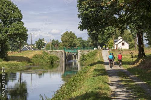 Cuadros en Lienzo Cyclistes sur le canal de Nantes à Brest, écluse n° 116 de Poulhibet à Guerlédan