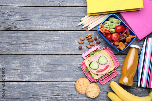 Foto op Plexiglas Assortiment School lunch box with vegetables and bottle of juice on wooden table