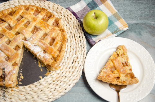Photo  American apple pie, whole pie and one piece on white plate