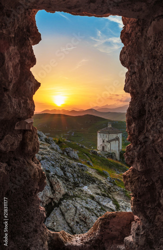 Photo Rocca Calascio (Italy) - The ruins of an old medieval village with castle and church, over 1400 meters above sea level on the Apennine mountains in the heart of Abruzzo, at sunset