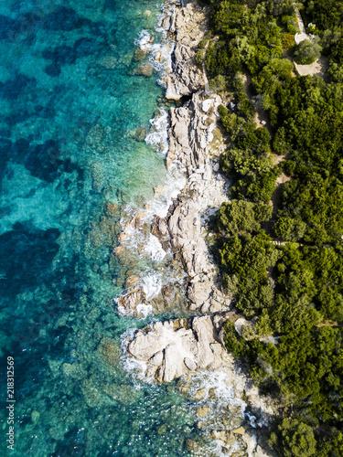 widok-z-lotu-ptaka-niesamowite-skaliste-i-zielone-wybrzeze-skapane-przez-przejrzyste-i-turkusowe-morze-sardynia-wlochy