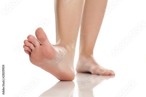 Fotografía female bare feet on white background