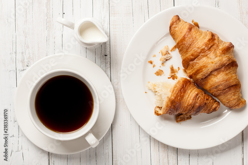 Fresh croissants with coffee Fototapete