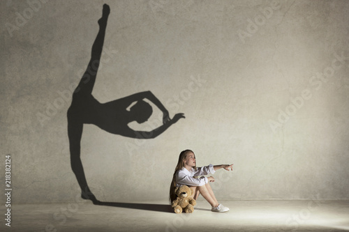 Fotomural Baby girl dreaming about dancing ballet