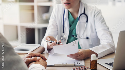 Fotografia  Doctor giving prescription to patient