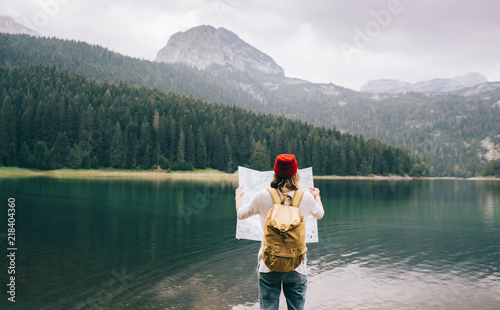 Fotografia Travel woman with backpack checks map