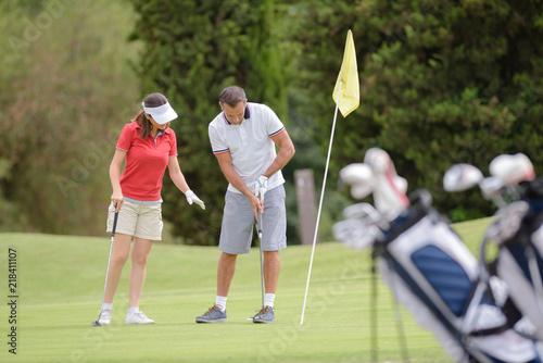 Deurstickers Golf teaching a friend to play golf