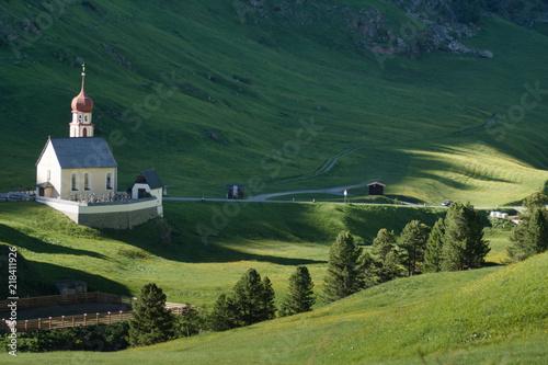 Fotomural kościół w dolinie alpejskiej o zachodzie słońca, trasy spacerowe w dolinie oetzt