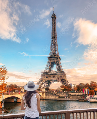 Photo  Young woman looking view of Eiffel tower at Paris in autumn