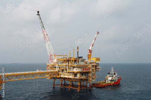 Staande foto Industrial geb. Supply boat transfer cargo to oil and gas industry and moving cargo from the boat to the platform