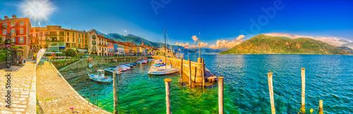Fototapeta Promenade und Hafen in Cannobio am Lago Maggiore, Piemont, Italien  obraz