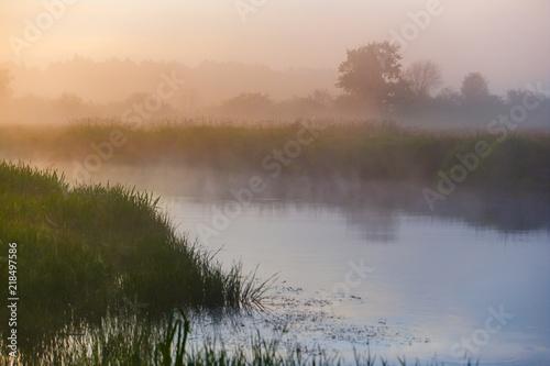 krzywa-rzeki-pokryta-gesta-mgla-na-wsi