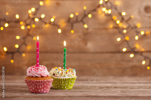 Photo  cupcakes on dark old wooden background