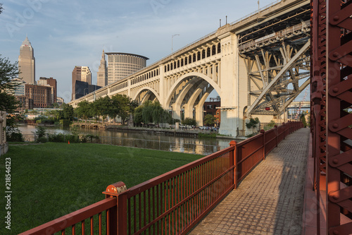 Valokuva  Large bridge crossing river in urban area