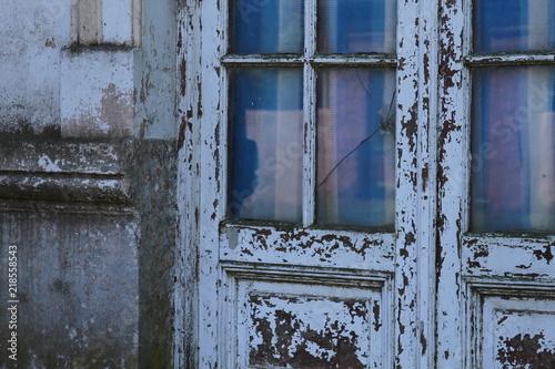 Fotografie, Obraz  Window reclection on old door