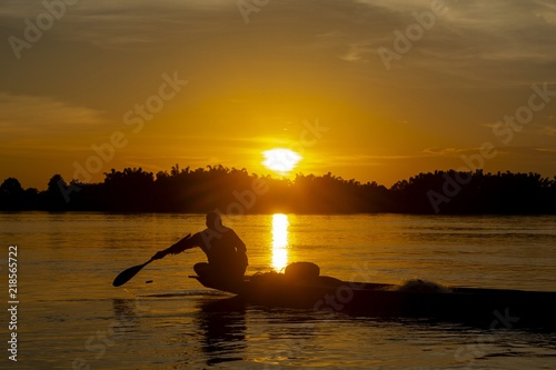Fotografia  Fishermen lifestyle Fishing in the evening river/The beauty of the sunset and the way of life of fishermen living along the river