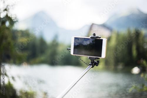 Fotografia  Bright photo on phone with selfie stick