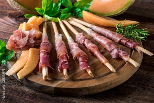 Montage in der Fensternische Bar Italienische Jause - Buffet - Prosciutto - Rohschinken - Schinken - Zuckermelone - Melone - Grissini