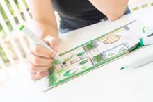 Gartenplanung: Gartenarchitektin Zeichnet Einen Gartenplan Für Einen Kleinen Hausgarten