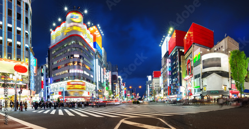 Photo  View to night Tokyo in Shinjuku district with lots of neon lights