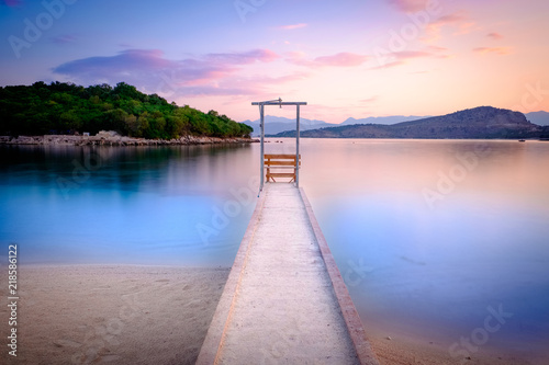 Photo Beautiful Ionian Sea with clear turquoise water, pier with shower and morning summer view from beach (Ksamil, Albania)
