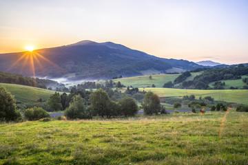 Bieszczady, Wschód słońca nad Połoniną Caryńską widok z przełęczy Wyżnej w oddali Tarnica